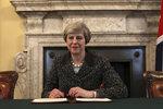 Britská premiérka Mayová chce předčasné volby. Parlament nedrží pohromadě