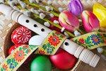 Velký velikonoční manuál: Jak obarvit vajíčka, uplést pomlázku a upéct beránka