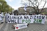 Na náměstí Míru protestovalo kolem 300 lidí. Chtěli zachovat Kliniku