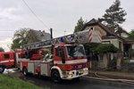 Počasí v Praze se stále zhoršuje: V Horních Počernicích zapálil dům blesk