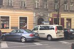 Mrtvola v autě na Vinohradech: Policisté okolí uzavřeli