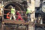 Díra v orloji Staroměstské radnice: Dělníci z něj sundali kalendárium