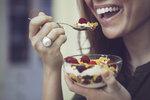Říká se, že snídaně je nejdůležitější jídlo dne. Proč tomu tak je? Jak by měla vypadat, abyste shodili pár kil, ale zároveň dali svému tělu potřebné živiny?