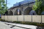 V Karlíně budou snášet starý ocelový most. Část ulice Prvního pluku se uzavře, autobusy pojedou jinudy