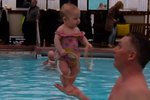 Čtyřměsíční holčička dokáže sama stát! Nebo to je trochu jinak?