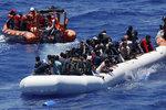 21 milionů korun na méně utopených uprchlíků. Chovanec nabídl Itálii policisty