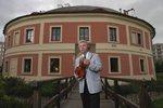 Začínají Tóny Chodovské tvrze: Festival vážné hudby zahájí Jaroslav Svěcený