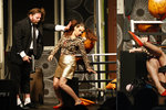 Nestyda Decastelo v divadle: Na diváky vystrkovala rozkrok v minisukni