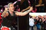 Velká fotogalerie z rebelské show Robbieho Williamse: Poznáte se v davu?