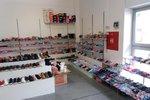 Zátah celníků v tržnici v Malešicích: Zabavili 11 tisíc párů bot