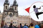 Extrém v srdci metropole: Nad Staroměstským náměstím chodili provazochodci