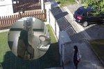 Žena přepadla s pistolí v ruce lékárnu na Praze 10. Ukradla desítky tisíc korun