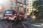 Na Žižkově hoří neobydlený dům. Hasiči z objektu evakuovali bezdomovce