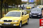 Komentář: Blokádou taxikáři jen naštvali lidi. Brzy budou sami rádi jezdit pro Uber