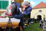 Troška pohřbil maminku Růženku (†88): Polibek do otevřené rakve