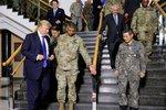 Trump dorazil do Koreje. Kimovi hrozí letadlovými loděmi