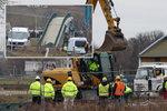 Těžké stroje u Trojské lávky: Demolice se rozbíhá na plné obrátky, trvat má ještě 13 dní