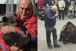 Týrání zvířat, nebo zbytečná hysterie? Vystoupení medvěda v Praze 10 vzbudilo rozruch, chovatel se brání