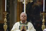Věděl o zneužívání chlapců, kněze ale kryl. Zemřel nechvalně proslulý kardinál Law