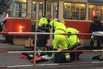 Chodec pod tramvají v Dejvicích: Zaklíněnou ženu vyprostili hasiči, tramvaje 20 minut nejezdily