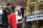 """Aktivisté vylezli na budovu ministerstva průmyslu a obchodu. Udělali z něj """"ministerstvo uhlí a smogu"""""""