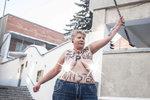 Zeman opět na nahém hrudníku: Aktivistka ho označila za kulhavou příšeru