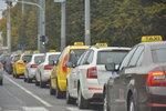 Taxikářský protest bude v pondělí pokračovat: Nejspíše u pražského letiště