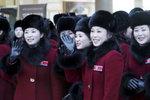 Roztleskávačky z KLDR dorazily do Jižní Koreje. Dorazí i Kimova sestra