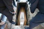 Nejvíc lidí umírá v únoru: Jak během roku úřaduje v Česku paní Smrt?