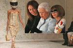 Proč mi ukazujete takovou hrůzu?! Královna Alžběta II. nečekaně zavítala na Týden módy