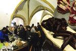 Novoměstská radnice praskala ve švech: Stovky lidí se snažily procpat k jídlu