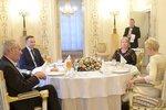 Zeman z ruské ambasády vyrazil do Polska. Povečeřel s Dudou i prvními dámami