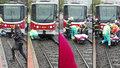 Dramatická záchrana: Chodce srazila na přechodu tramvaj, zůstal pod ní zaklíněný
