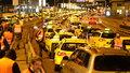 Taxikáři blokují dva ze tří pruhů na magistrále u pražského Hlavního nádraží.