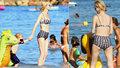 Vyhublá Eva Herzigová dováděla v retro plavkách s dětmi v moři.