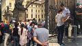 """""""Nic vám tam netiká?"""" U vstupu na Pražský hrad zavedli kontroly, lidé stojí fronty"""