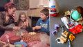 Překvapení z Kinder vajíček. Hračky dovnitř cpou malé děti v Rumunsku