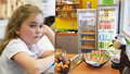 """Pražské školy o pamlskové vyhlášce: """"Děti chodí pro brambůrky do obchodů'"""" říkají ředitelé"""