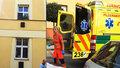 Muž vymlátil byt v Plzni, pak vyskočil z okna
