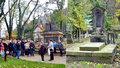 Žádné věnce, jen pár hořících svíček: Malostranský hřbitov přilákal Pražany, za zesnulými ale nepřišli