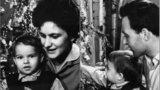 Zpěvák, kterého miluje půlka Česka, ukázal fotku z dětství. Později se stal obávaným katem…