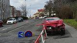 Řidič zkolaboval a »napíchl« auto na zábradlí: Policisté ho oživovali, v sanitce ale zemřel