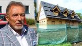 Karel Gott prodává roubenku v Doubici: Jak probíhala extrémně rychlá výstavba?