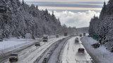 Smog postupně mizí z Česka. Řidiče ale zdržuje mlha i námraza