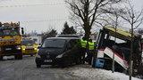 U Prahy naboural autobus s cestujícími do stromu: 1 mrtvá a sedm zraněných