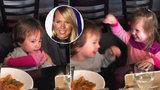Neskutečná roztomilost: Dcera Kobzanové Ella v objetí s malým kamarádem