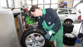 Dojíždíte zimní pneumatiky? Je to drahé a nebezpečné, varují experti