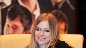 Zpěvačka Avril Lavigne je mrtvá, Země je plochá: Internet zaplavují konspirační teorie
