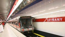 Pes vběhl do kolejiště. Metro C mezi Holešovicemi a Letňany nejezdilo