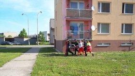V Brně vypadlo batole z druhého patra: Protáhlo se mezerou v zábradlí